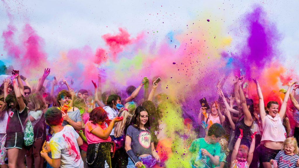Holi Festival Utah. Foto door Marcin Dampcvan Pexels